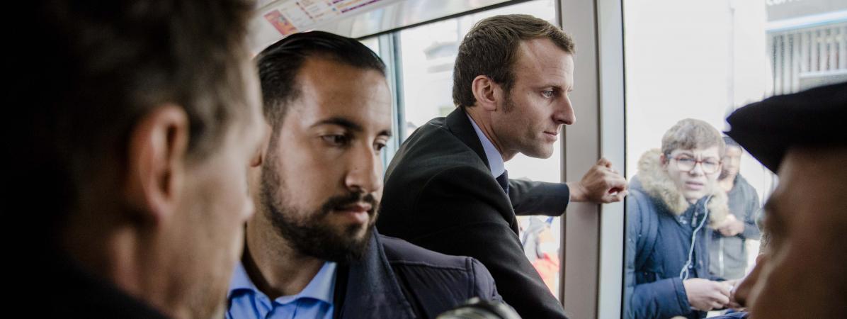 Alexandre Benalla accompagne Emmanuel Macron lors d\'un déplacement au Mans (Sarthe), le 11 octobre 2016.