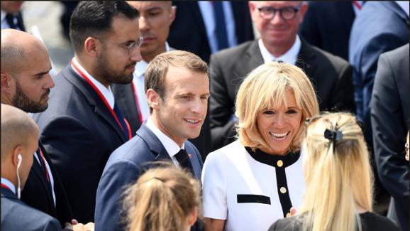 Il y a encore quelques jours, Alexandre Benalla escortait le couple présidentiel, Emmanuel et Brigitte Macron, lors du défile militaire, place de la Concorde, le 14 juillet 2018.