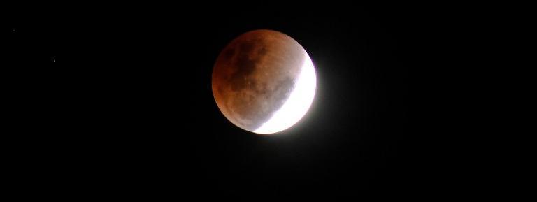 Une éclipse lunaire, vue de Lhokseumawe, en Indonésie, le 31 janvier 2018.