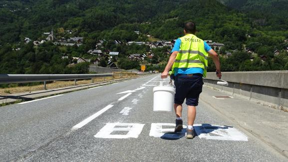 Pierre a maquillé ungraffiti sur le barrage du Verney (Isère) et passe au suivant, jeudi 19 juillet 2018.