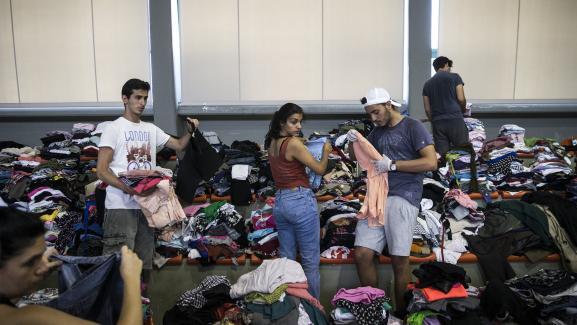Des vêtements sont rassemblés, mercredi 25 juillet 2018, pour être distribués dans un gymnase après l\'incendie du village de Mati (Grèce).