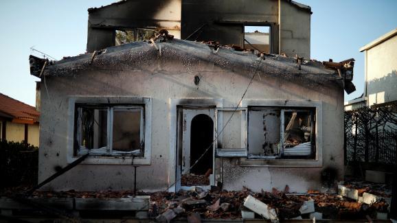Une maison détruite par le feu, mercredi 25 juillet, dans le village de Mati, près d\'Athènes (Grèce).