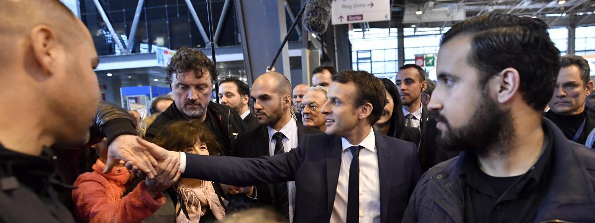 Alexandre Benalla (à droite), le 1er mars 2017 aux côtés d\'Emmanuel Macron au salon de l\'Agriculture.
