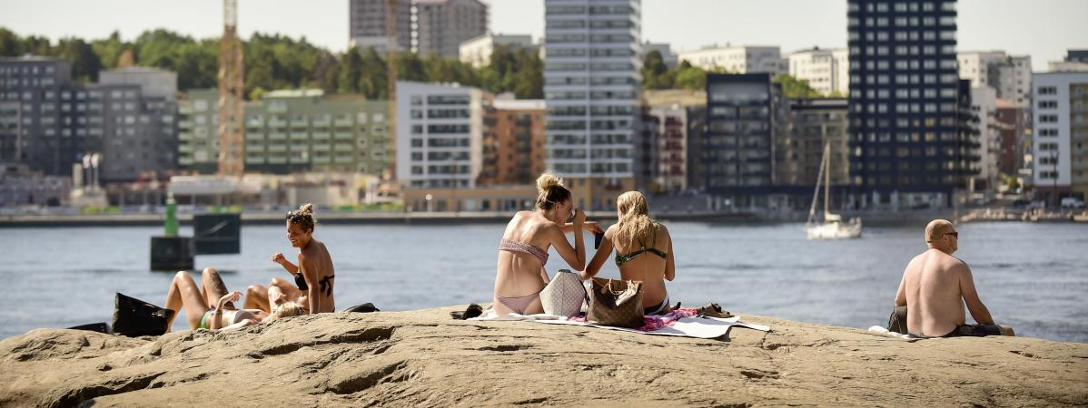 Au cœur de Stockholm (Suède) des gens se font bronzer, le 16 juin 2018. Depuis plusieurs semaines, le pays connaîtun épisode de chaleur exceptionnel.