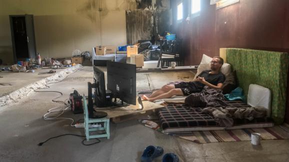 Face à la chaleur, Oloff Birk s\'est aménagé une chambre dans le hangar réservé au bétail de sa maisonà Färila, le 25 juillet 2018.