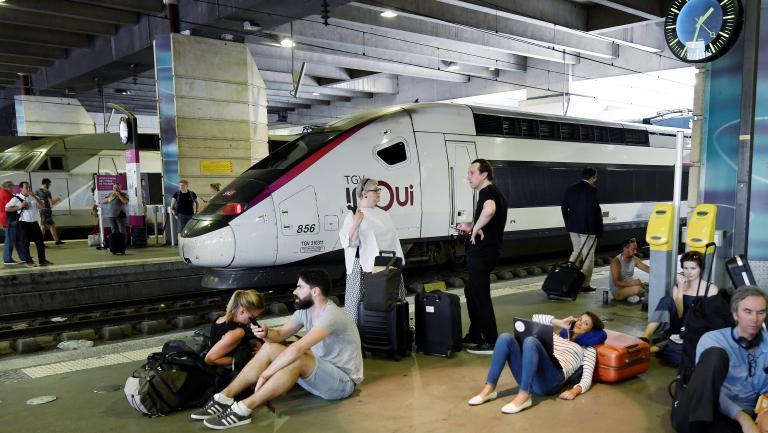 Des voyageurs attendent à la gare Montparnasse, le 27 juillet 2018 à Paris.