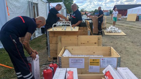 Des pompiers français installent leurs affaires dans le camp de base de Färila, le 24 juillet 2018.