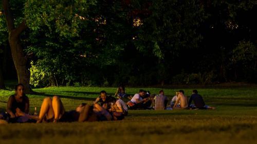 """""""Il y a de l'air, on en profite"""" : des Parisiens se rafraîchissent la nuit dans les parcs publics, ouverts pendant la canicule"""