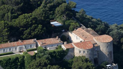 """VIDEO. Emmanuel Macron a une nouvelle piscine à Brégançon, mais """"il préfère mille fois la mer"""""""