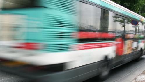Paris : un passager mortellement poignardé par un cycliste à bord d'un bus