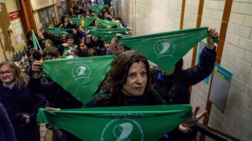 VIDEO. En Argentine, des foulards verts et bleus devenus les symboles du débat sur l'avortement