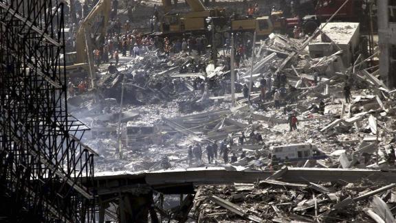 Des équipes de secours tentent de retrouver des survivants dans les décombres du World Trade Center, à New York (Etats-Unis), au lendemain des attaques terroristes du 11 septembre 2001.