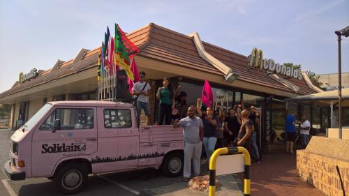 """""""Il n'y a rien ici"""" : dans les quartiers nord de Marseille, salariés et habitants s'accrochent à leur McDonald's menacé de fermeture"""
