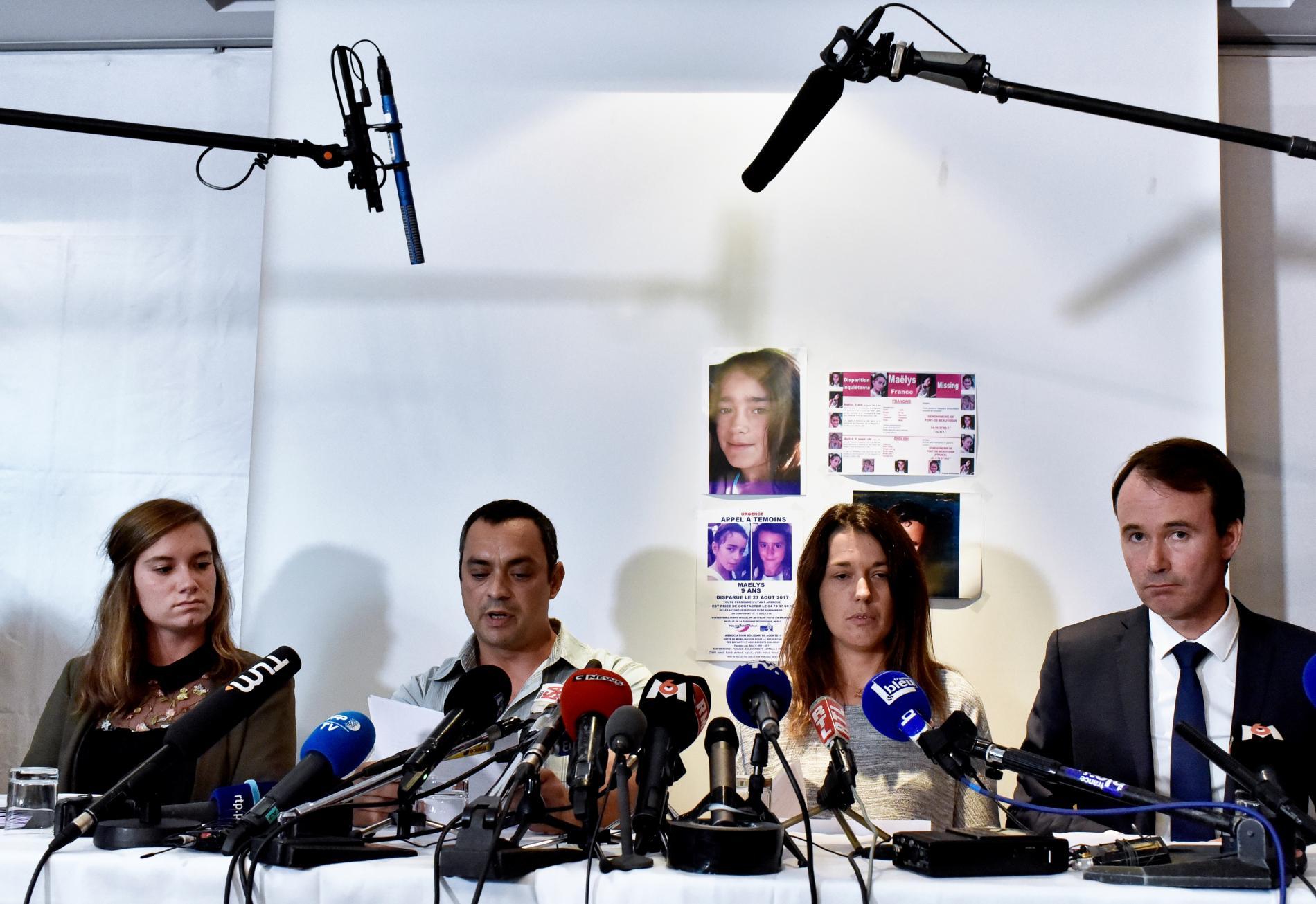 Les parents de Maëlys (au centre), entourés de leurs avocats, Camille Chatelain (à gauche) et Fabien Rajon, le 28 septembre 2017 lors de leur conférence de presse à Villeurbanne (Rhône).