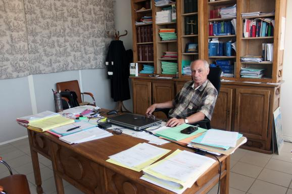 Bernard Méraud dans son bureau à Morestel (Isère), le 12 juillet 2018.