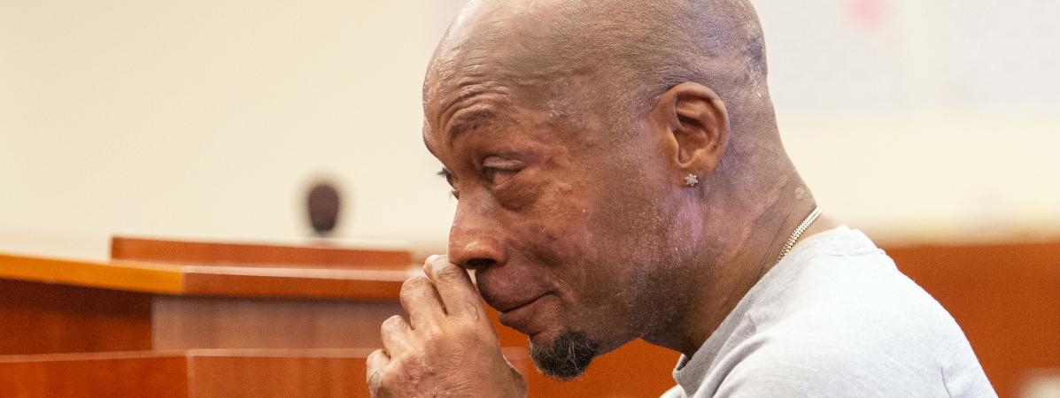 L\'émotion du jardinier, Dewayne Johnson, à l\'énoncé du verdict qui condamne Monsanto pour avoir provoqué son cancer, le 10 août 2018 à San Francisco (Etats-Unis).