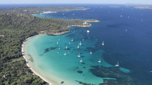 L'île de Porquerolles, dont la population est multipliée par 50 l'été, arrive à saturation   https://www.francetvinfo.fr/decouverte/vacances/l-ile-de-porquerolles-dont-la-population-est-multipliee-par-50-l-ete-arrive-a-saturation_2892129.html&hellip