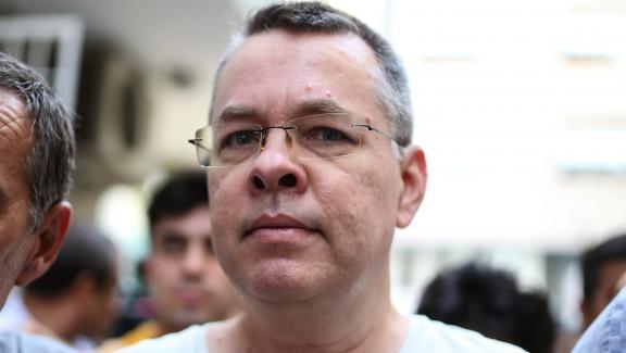 Andrew Brunson escorté par la police turque jusqu'à sa maison à Izmir, en Turquie, le 25 juillet 2018.