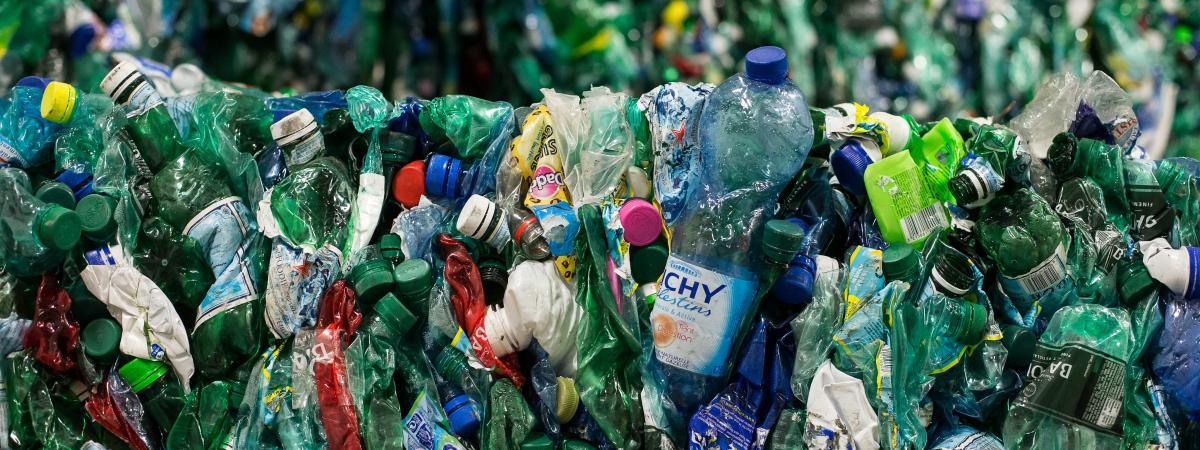Des bouteilles en plastique destinées aurecyclage dans le centre de tri et de valorisation des collectes sélectives des déchets du Syctom, dans le 15e arrondissement de Paris, le 5 mai 2015.