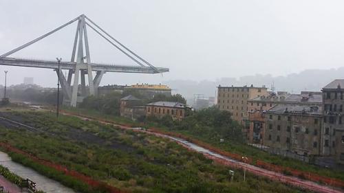 VIDEO. Effondrement du viaduc de Gênes : les décombres survolés en hélicoptère