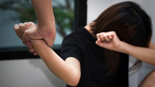 Violences conjugales : le témoignage poignant d'Alexandra Lange