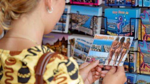 TRIBUNE. Pourquoi nous dénonçons la vente des cartes postales sexistes