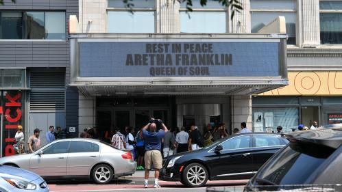 """""""J'ai le coeur brisé"""", """"c'était la meilleure de toutes"""" : les fans rendent hommage à Aretha Franklin devant l'Apollo Theater de New York"""