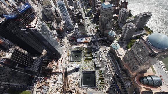 Le mémorial du 11-Septembre installésur l\'ancien emplacement du World Trade Center,à New York (Etats-Unis), vu de haut,le 30 avril 2012.