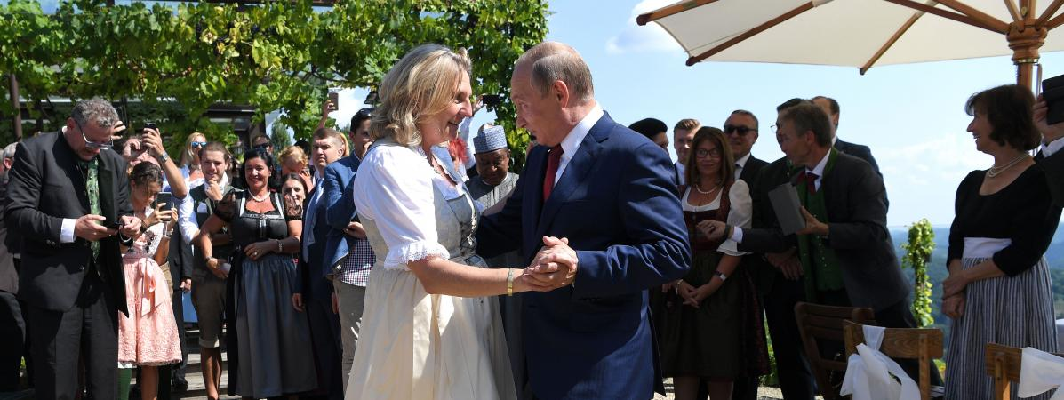 La ministre autrichienne des Affaires étrangères Katin Kneissl danse avec le président russe Vladimir Poutine à Gamlitz (Autriche), le 18 août 2018.