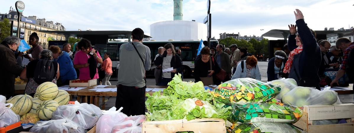 La vente directe de fruits et légumes organisée par le Modef place de la Bastille à Paris, ici en 2017.