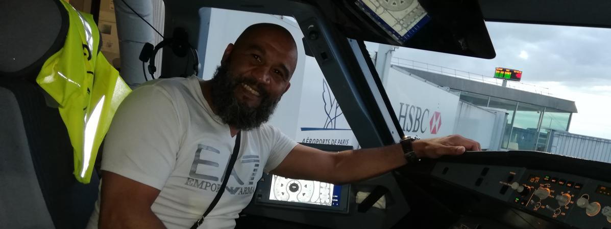 L\'ancien champion de boxe Tarik Sahibeddine dans le cockpit de l\'avion à l\'aéroport de Roissy-Charles de Gaulle, vendredi 24 août 2018.