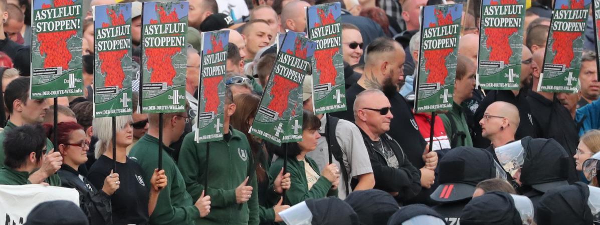 """Des manifestants d'extrême droite réclament """"l'arrêt des flux migratoires"""", à Chemnitz (Saxe, Allemagne), le 27 août 2018."""