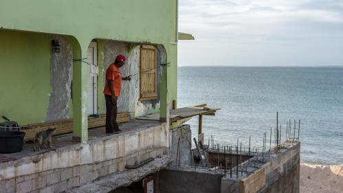 """""""Des centaines et des centaines de chantiers"""" : un an après le passage de l'ouragan Irma, l'île de Saint-Martin peine à se redresser"""