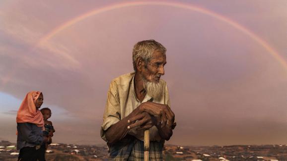 22septembre 2017. Abu Siddique (90ans) sur une colline qui surplombe le camp de réfugiés Kutupalong. Il a fallu le porter pour traverser la frontière, ce qui lui a coûté toutes ses économies.