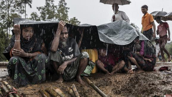 Kutupalong, Bangladesh, 17septembre 2017. Sous la pluie torrentielle de la mousson, une famille nouvellement arrivée attend un abri.