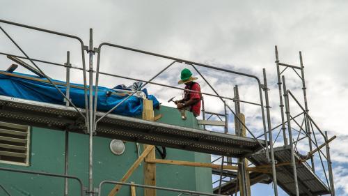 """VIDEO. """"Un travail très long, trop long"""" : un an après le passage de l'ouragan Irma, la lente reconstruction de Saint-Martin"""