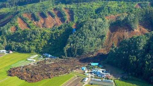 VIDEO. Glissements de terrain, routes dévastées, maisons détruites... Le Japon touché par un séisme meurtrier