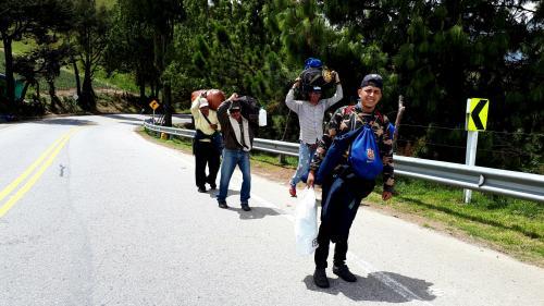 """""""On doit marcher pour vivre"""", témoignent des Vénézuéliens sur le chemin dangereux de l'exode"""