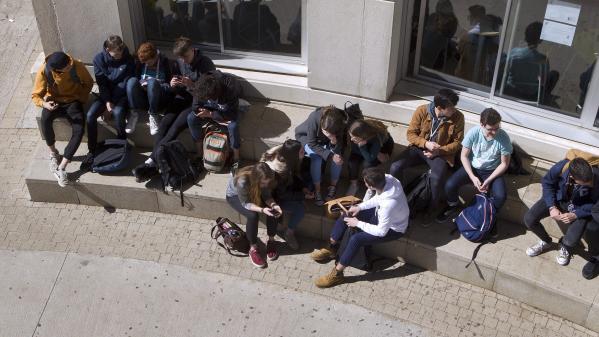 Les lycéens en terminale plébiscitent le bénévolat et s'éloignent de l'engagement politique