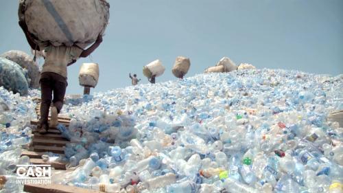 nouvel ordre mondial | VIDEO. Tanzanie : grimper une montagne de bouteilles en plastique avec un ballot de 70 kilos sur la tête est un véritable enfer