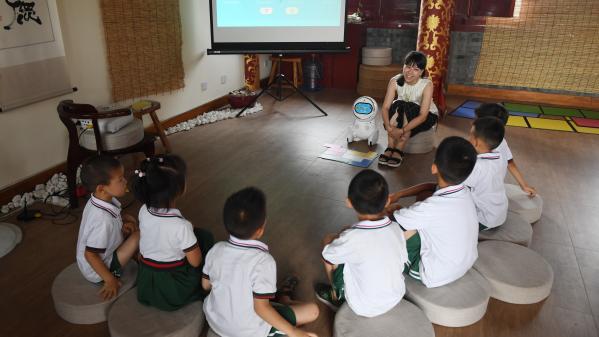 En Chine, des robots assistent les enseignants dans les salles de classe