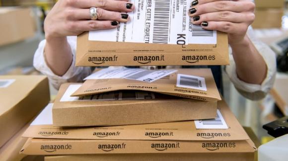 fb303d3861e Le décryptage éco. Amazon en tête des ventes en ligne de vêtements ...