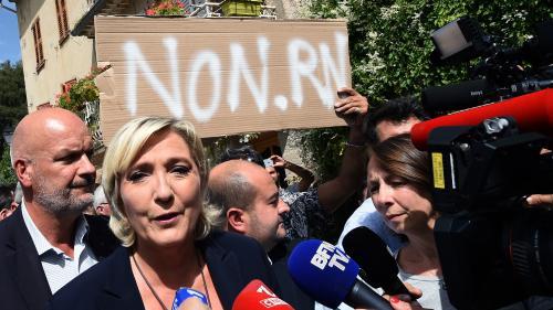 VIDEOS. Marine Le Pen chahutée dans un village du Var, où elle s'opposait à l'accueil de demandeurs d'asile