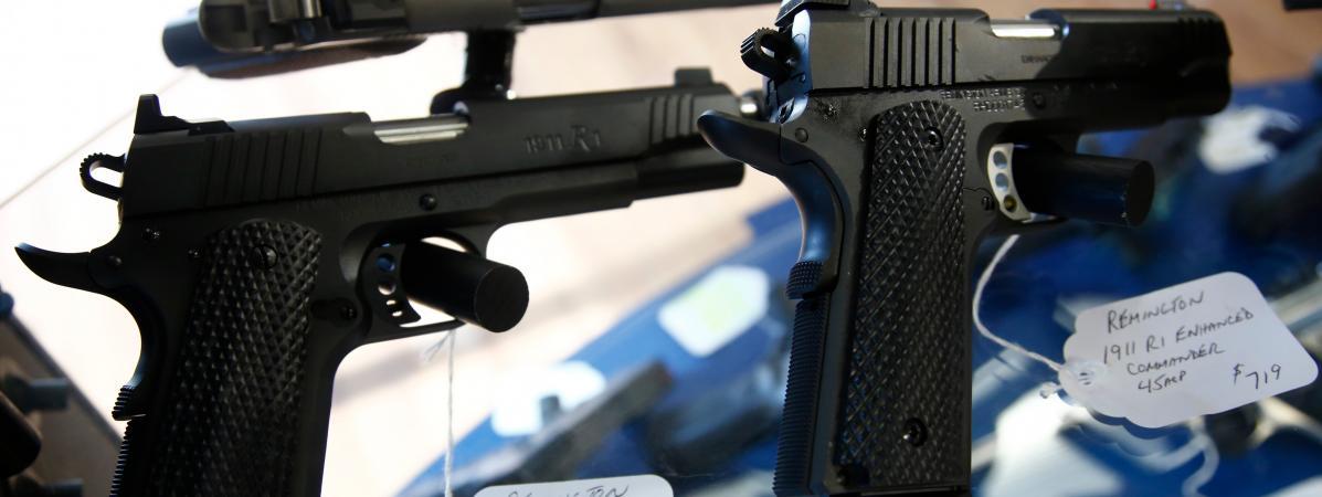 Des pistolets Remington, dans une armurerie de Stokedale (Caroline du Nord, Etats-Unis), le 26 mars 2018.