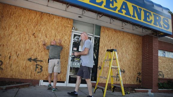 Des plaques de bois sont posées sur des boutiques deMyrtle Beach, en Caroline du Sud, avant l\'arrivée de l\'ouragan Florence, le 11 septembre 2018.