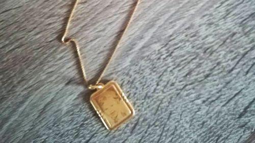 Belgique : une mère lance un appel pour récupérer le pendentif gravé pour sa fille décédée, les cambrioleurs lui rapportent