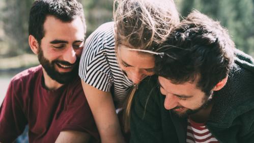 """""""Je suis fidèle et non-exclusive"""" : des personnes polyamoureuses racontent comment elles vivent leurs relations plurielles"""