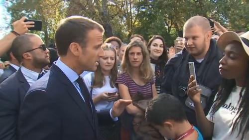 """""""Je traverse la rue, je vous en trouve"""", du travail : la leçon d'Emmanuel Macron à un jeune chômeur"""