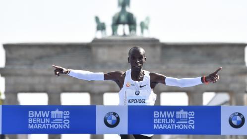 Marathon : le Kényan Eliud Kipchoge bat le record du monde de plus d'une minute et se rapproche de la barre des 2 heures