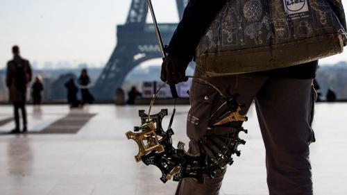 nouvel ordre mondial   Paris: 20tonnes de petites tours Eiffel saisies, neuf personnes interpellées